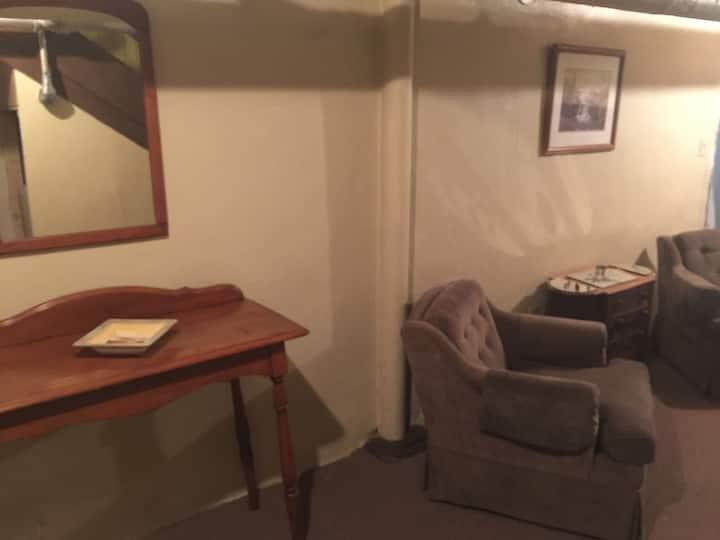 The Bear's Den - Shared bath 2 twin beds