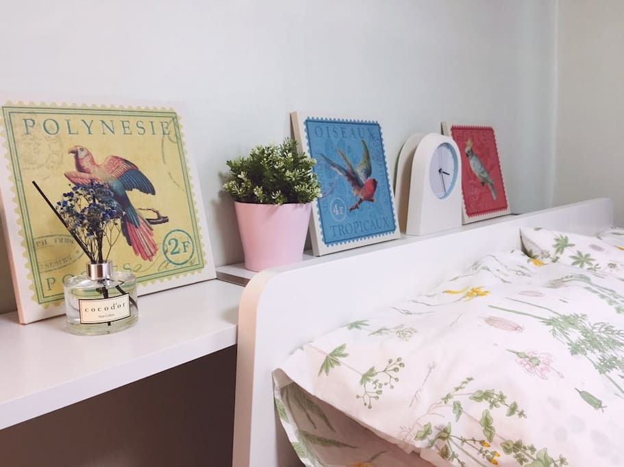 I filled the bedroom with dried flowers and fragrance. If you are unfamiliar with the padded pillow for a comfortable sleeping experience, you can choose a different pillow from the second pillowcase.  말린 꽃과 향기로 침실을 채웠습니다. 여행 느낄 수 있는 편안한 잠자리를 위하여 푹신한 배게가 익숙하지 않다면 보조 침구함에서 다른 배게를 선택할 수 있습니다.
