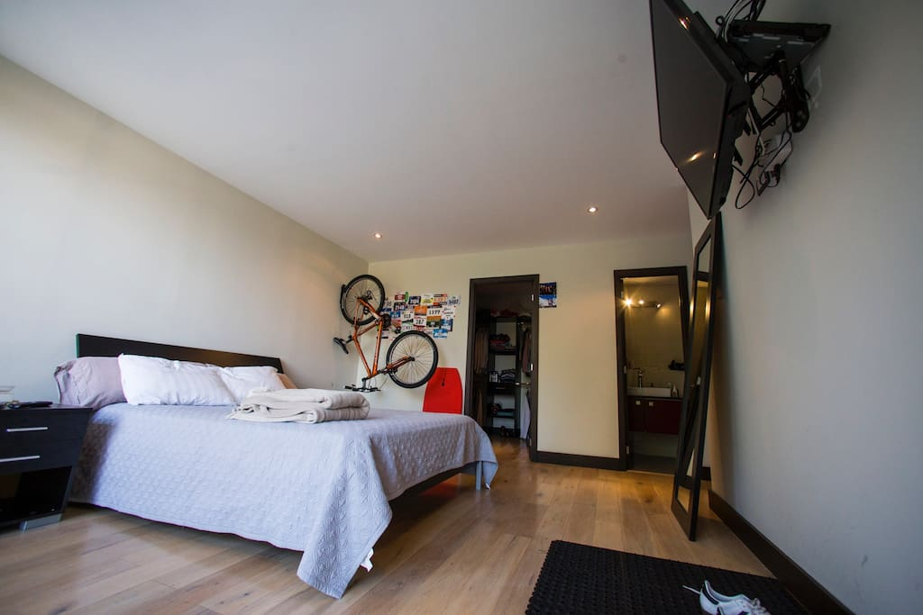 After a nice sleep in your Queen Size Bed, you can use the bike to outdoor exercise or just to go grab a coffee at the nearby Barista and buy fresh baked bread in San Martin Bakery. It also has Walking closet and private bathroom.