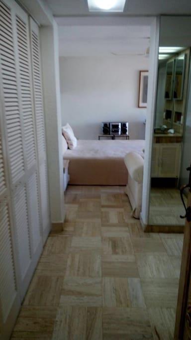 recamara con cama matrimonial , closet y baño completo
