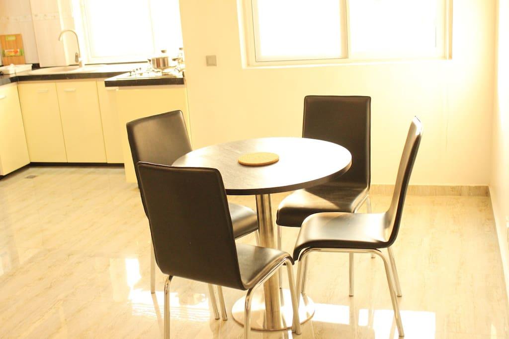 Coin cuisine et repas équipée de plaque de cuisson, micro-ondes, réfrigérateur, ustensiles de cuisine vaisselle  couverts  machines à Café Nespresso Dolce Gusto