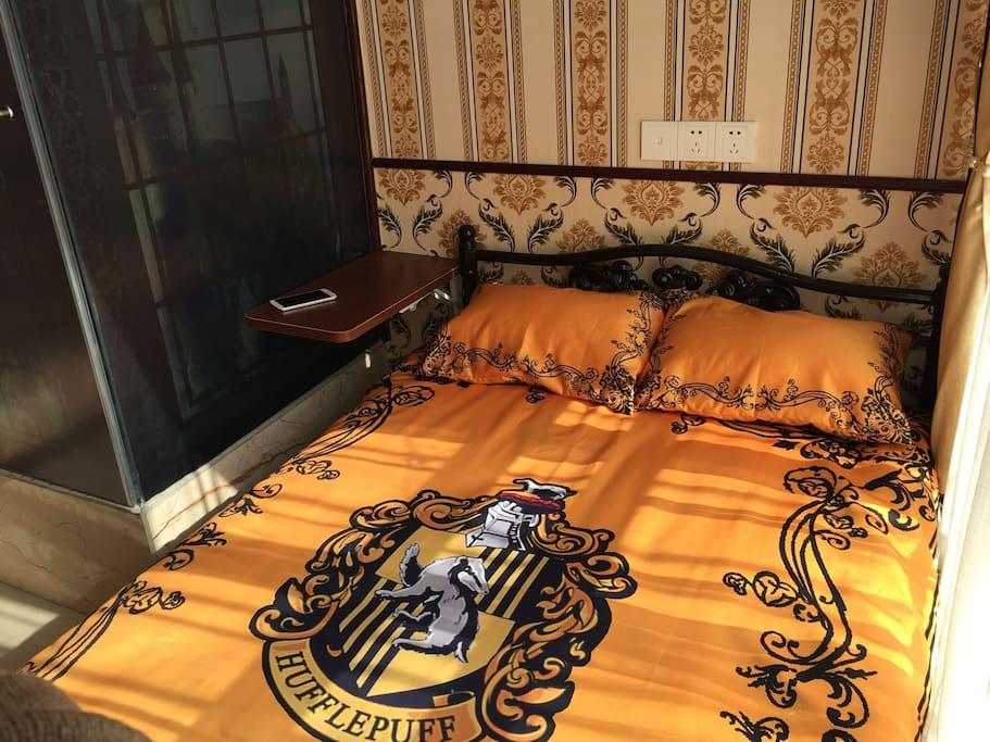 赫奇帕奇卧室 床旁边提供一个小小的工作台。
