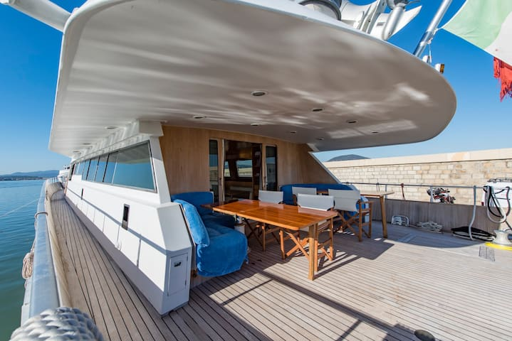 Deluxe room with a walk-in wardrobe on IPSUM yacht - サントロペ