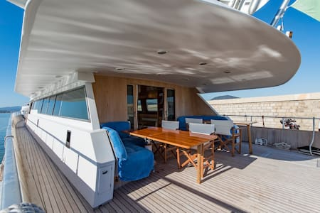 Deluxe room with a walk-in wardrobe on IPSUM yacht - Saint-Tropez