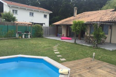 Belle maison avec piscine proche de Bordeaux - Léognan - 別荘