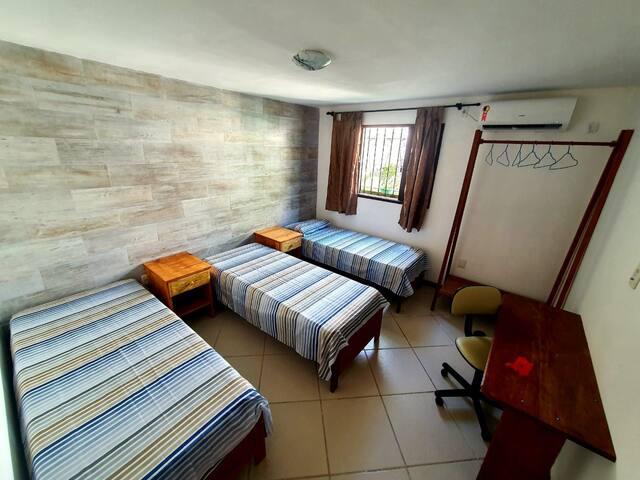 Quarto com 3 camas de solteiro, podendo virar 1 casal e 1 solteiro