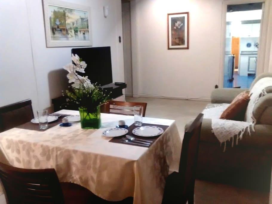 Sala com ambiente agradável, TV de 46' , TV a cabo, DVD, internet wifi .