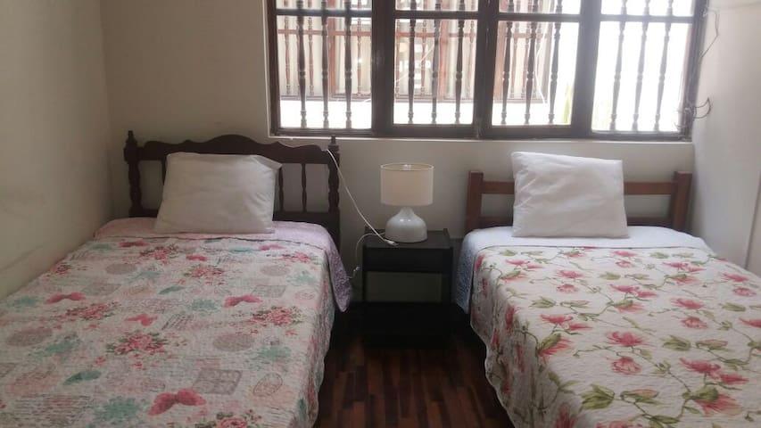 Hospedaje: Dormitorio,Sala de Estar y Baño Privado