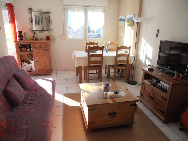 Couch in a quiet flat, 8min from metro station