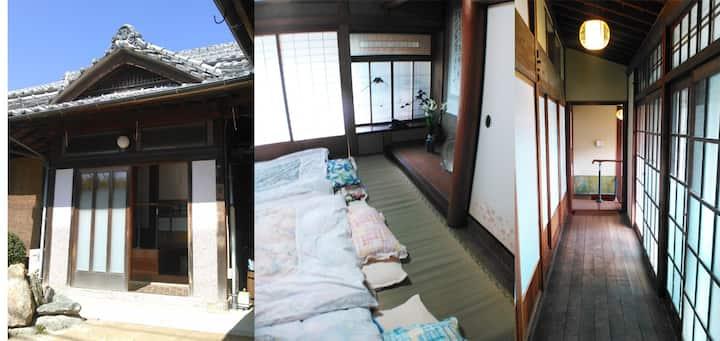 築80年以上の古民家で、昭和の古き良き時代にタイムスリップ。昭和の宿「汐凪」(shionagi)