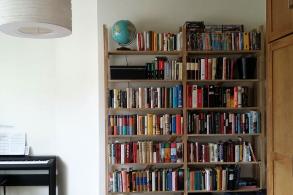 Bookshelf in bedroom (also some books in English ;))