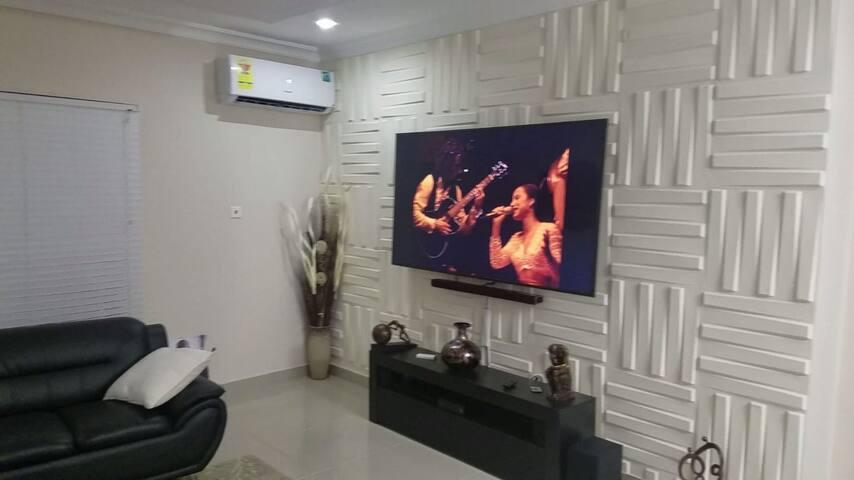 Cozy, Modern 2 Bedroom 2.5 Bath Home in Accra