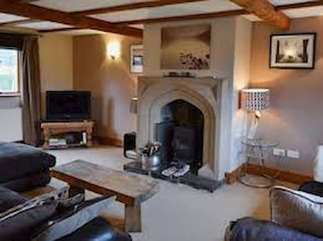 4 bed character pet friendly home - Peak Forest - House