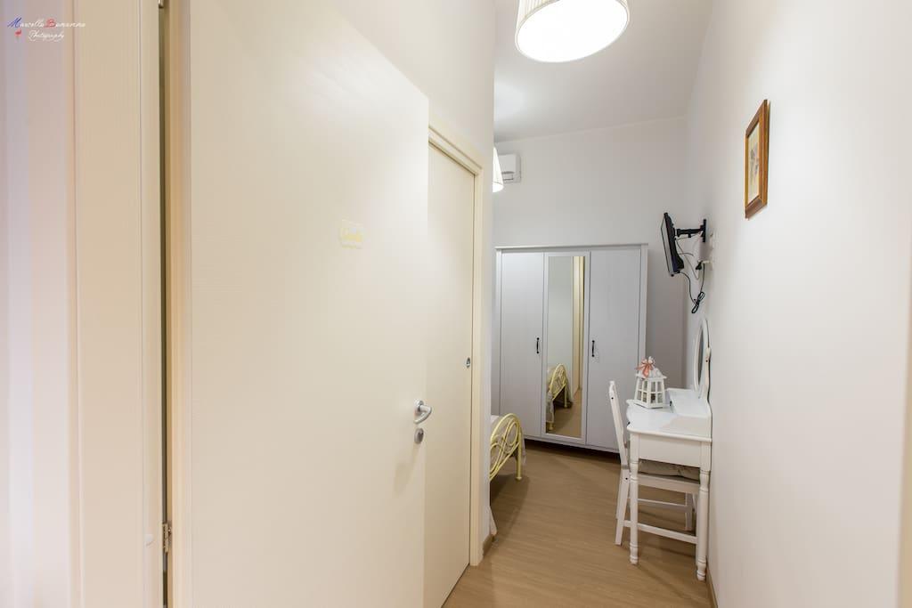 Camera singola con condizionatore, riscaldamento, TV a schermo piatto e bagno privato completo di asciugamani, phon e saponi