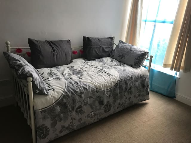Comfy bed & breakfast close to train station
