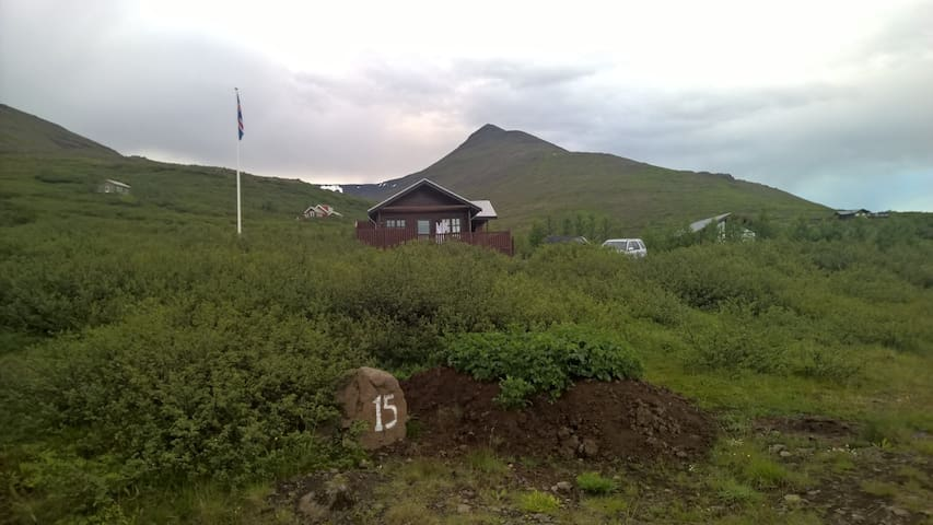 Cottage with veranda and outdoor jacuzzi. - Akranes - Apartemen