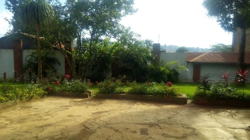 3 bedroom house, self contained & fully furnished - Kampala - Dom