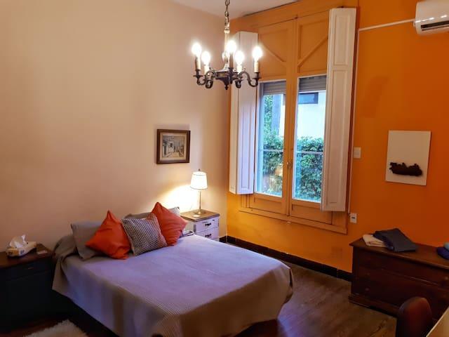 La habitación cuenta con un gran ventanal que da al jardín lateral de la casa y aire acondicionado.