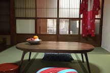Living room on the first floor:It is an old Japanese house with tatami and alcove/畳や床の間のある昔の日本家屋です。