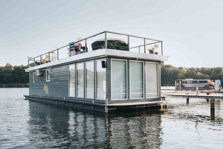 Luxus Hausboot an privater Steganlage im Trebelsee