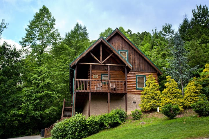 Cabin in a gorgeous wooded setting w/ hot tub, pool table & shared pool!
