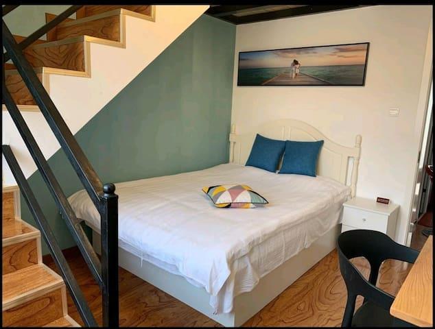二层卧室下层双人床