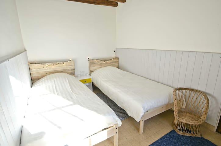 Chambre secondaire avec des lits jumeaux que nous approchons si vous venez à plusieurs couples.