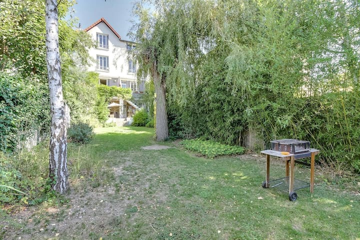 SINGLE AND DOUBLE ROOMS IN A BIG HOUSE - Suresnes - Bed & Breakfast