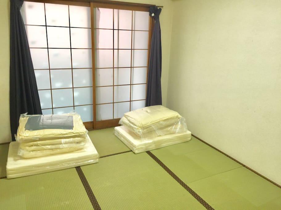 寝室です。布団を人数分敷いておきます。シーツ類は替えがあるので洗濯しながら使ってください