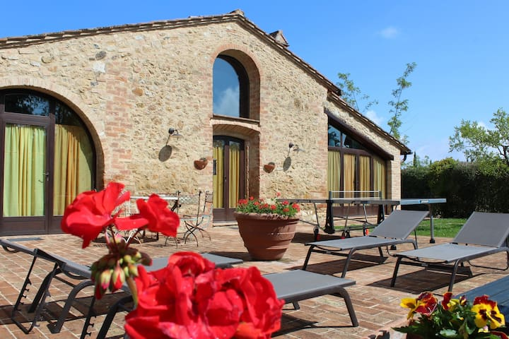 Independent barn shaped villa 5km to S.Gimignano