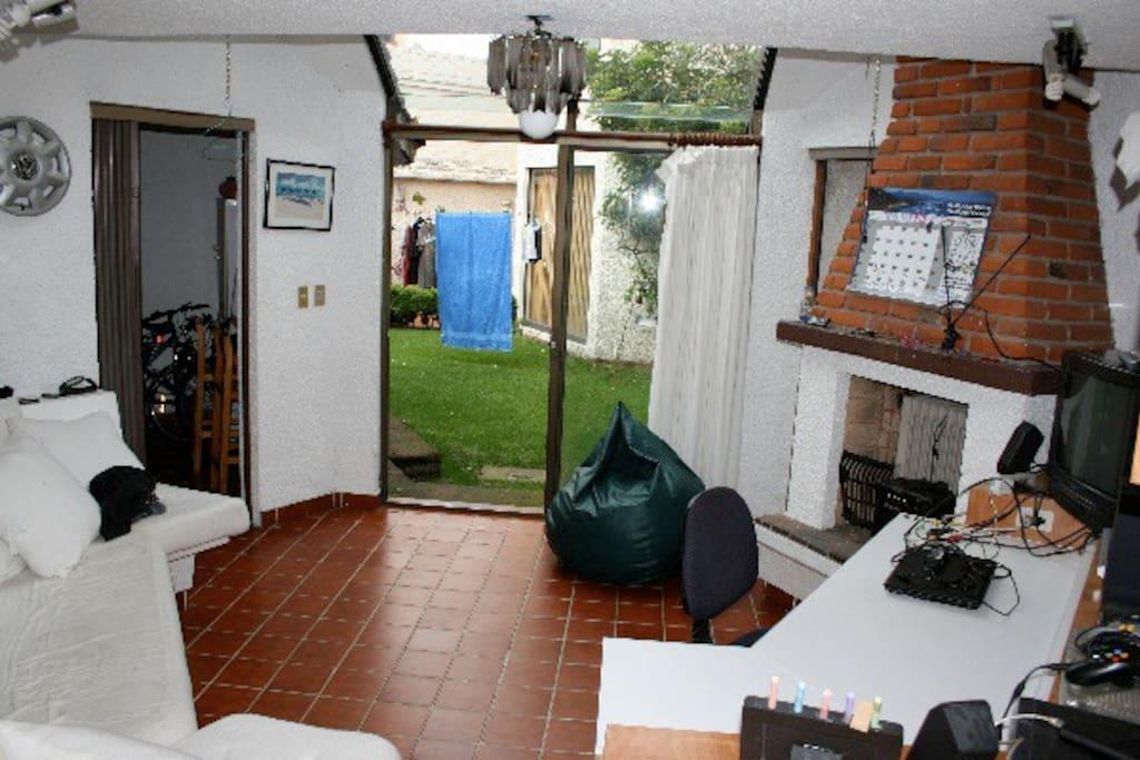 Sala de estar con chimenea y escritorio