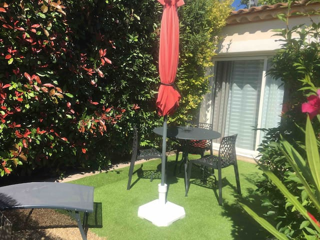 charmant studio dans villa avec terrasse et jardin