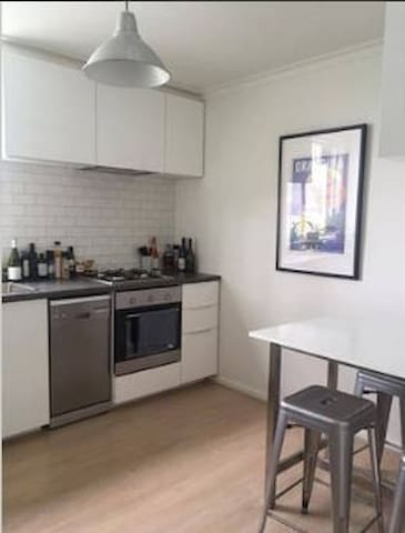 Sunny bedroom in newly renovated apartment - Armadale - Apartment