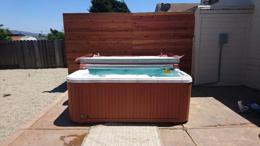*2 bdrm 1 bath w Private HOT TUB + Safe Parking!**