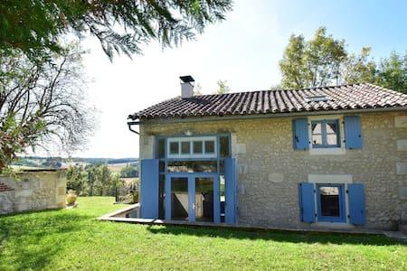 Maison de vacances spacieuse avec piscine à Lusignac