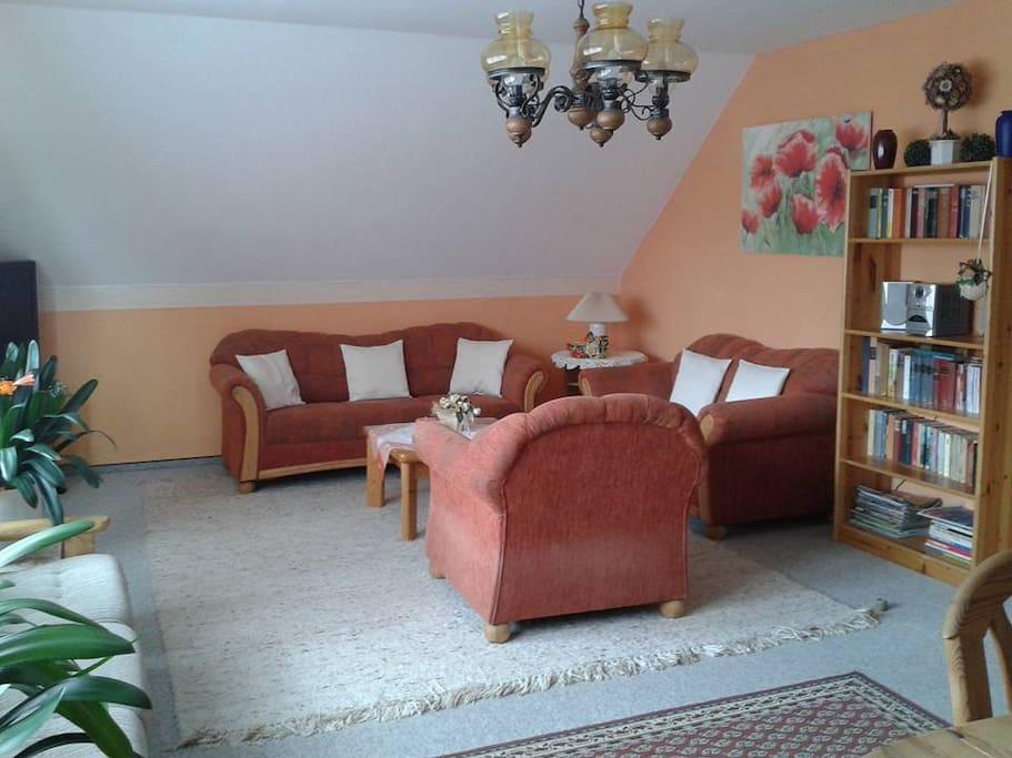 Gemütliches Wohnzimmer mit Couchgarnitur und Flachbild-TV. Wlan Empfang gibt es auch