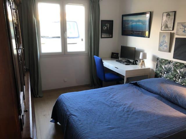 Chambre 3  Lit double avec bureau et grande armoire basque.