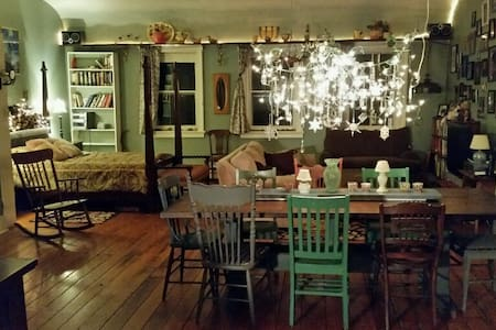 Tasteful and Eclectic Downtown Rhinebeck Loft - Çatı Katı