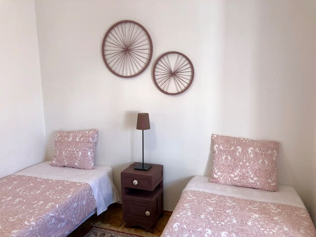 Quarto com duas camas/ Room with two single beds