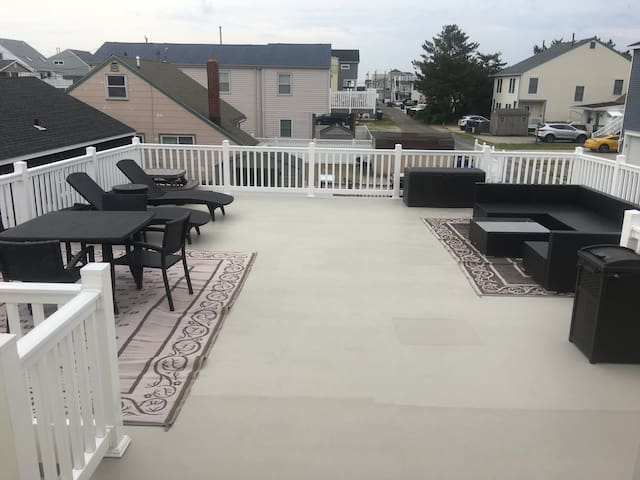 BRIGANTINE BEACH 3BR/1B APARTMENT & PRIVATE DECK