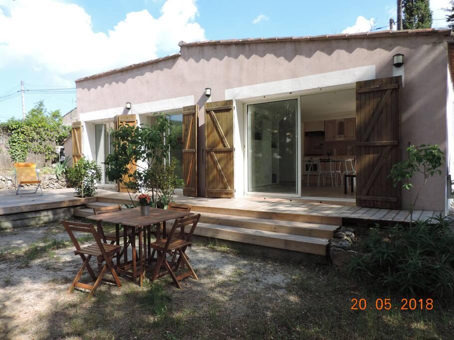 façade salon et chambres sur terrasse en bois