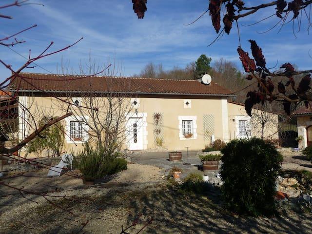 Maison de charme dans propriété ancienne rénovée - Ponteyraud - House