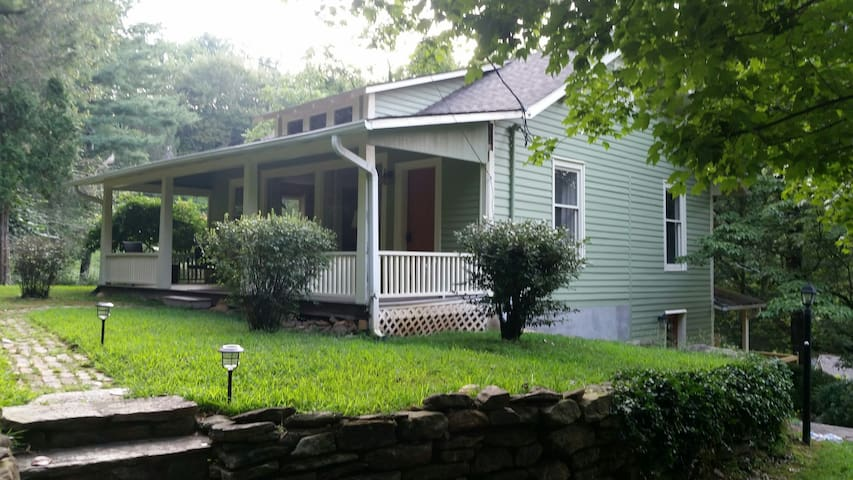 Fox Cottage: Private cottage near downtown Tryon.