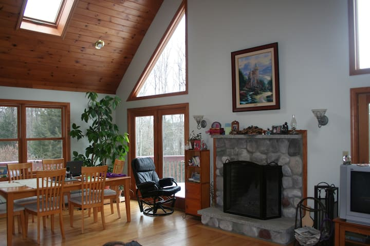 Quiet Chalet Home: Lake Sunapee/Mtn Keasarge area - Sutton - Casa