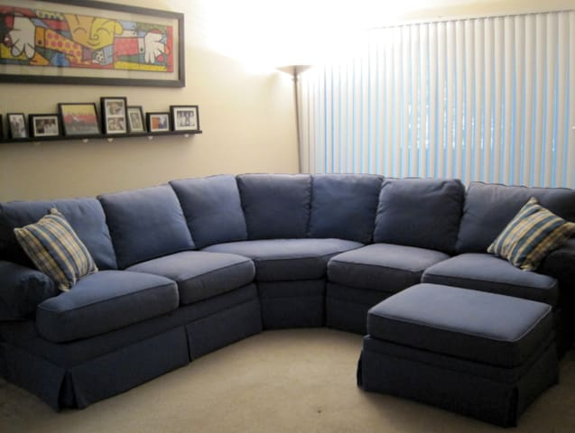 Super Spacious Living Room! Large Sectional In Living Room