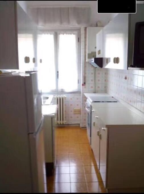 公用的厨房,可以使用烤箱,冰箱和部分餐具