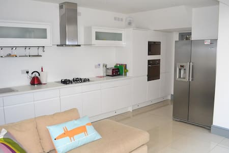 RWC House in Central Swansea! - Swansea