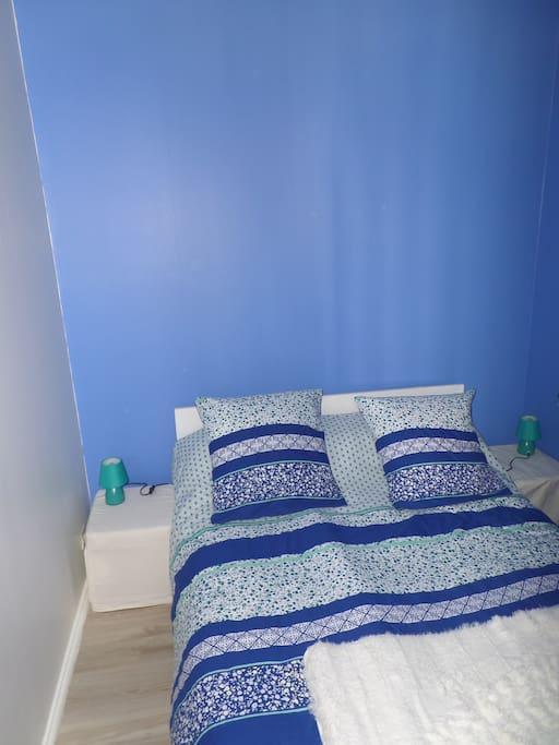 Chambre cocooning dans alcôve fermée avec lit de 140cm