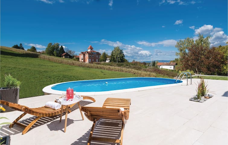 Holiday cottage with 4 bedrooms on 184 m² in Starjak