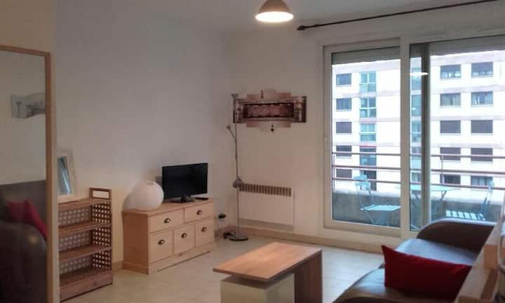 Beau studio , ensoleillé, Wifi, etage 5 ascenceur